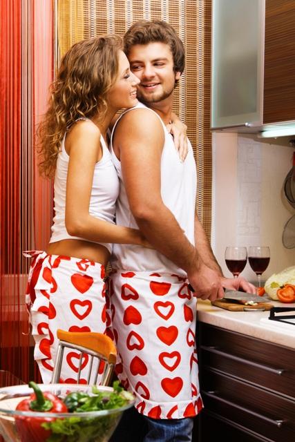 Poza cuplu gatind cina romantica