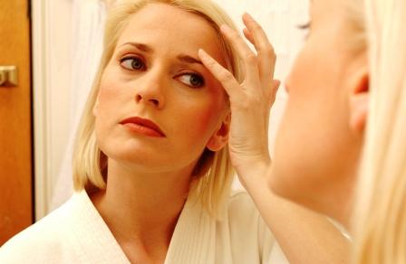 Poza cu femeie preocupata de riduri