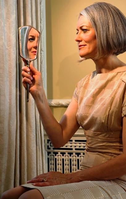 Poza femeie matura in oglinda