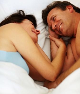 Poza cuplu relaxat, romantic