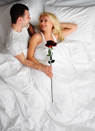 Poza cuplu cu trandafir rosu inaintea nuntii