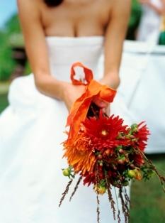 Poza buchet de mireasa crizanteme rosii
