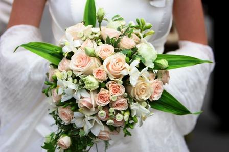 Poza buchet de mireasa cu trandafiri albi