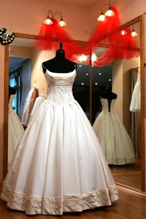 Poza rochie de mireasa in magazin