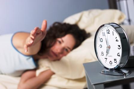 Poza femeie somnoroasa dimineata, alarma de dimineata