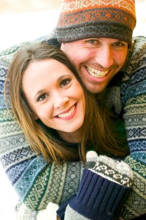 Poza cuplu fericit in vacnta de iarna, dupa nunta