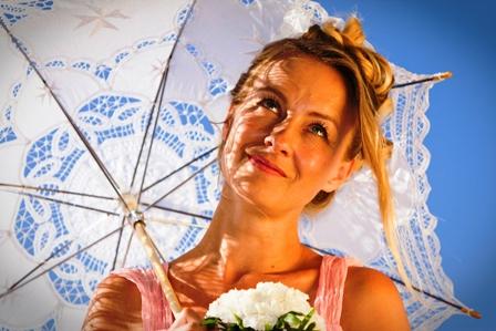 Poza mireasa cu umbrela de soare