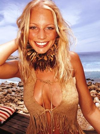 Poza femeie fericita la mare