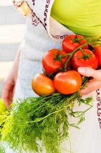 Poza tomate rosii, marar proaspat, legume sanatoase