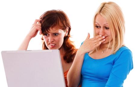 Poza fete barfesc pozele de la nunta in fata laptopului