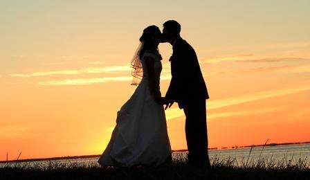 Poza mire si mireasa in asfintit, sarutul de la nunta
