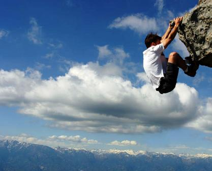 poza barbat escaladeaza munte