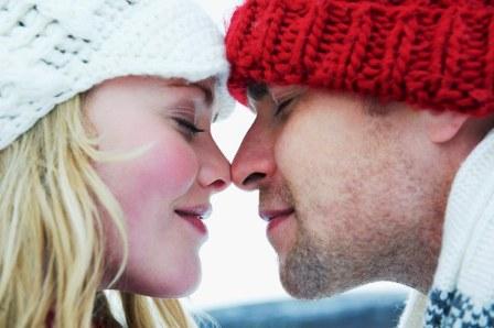 poza cuplu fericit indragostit iarna