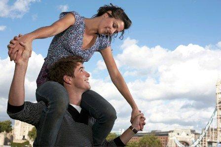 poza cuplu fericit jucaus in parc