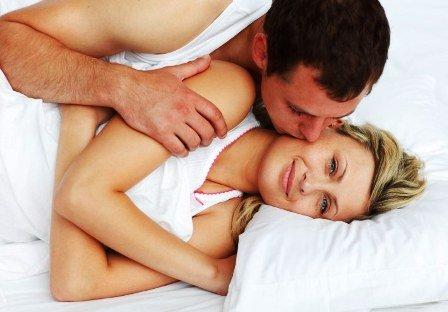 barbat si femei veseli in pat