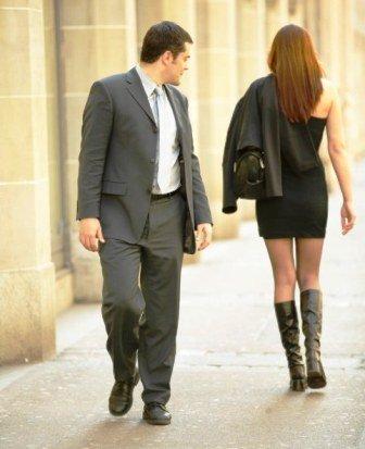 barbat se uita dupa fundul femeilor pe strada