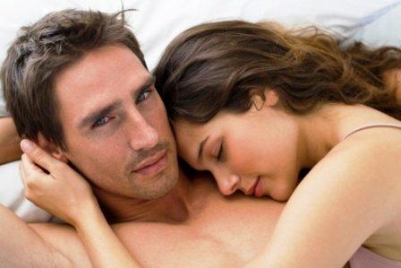 poza cuplu fericit in pat