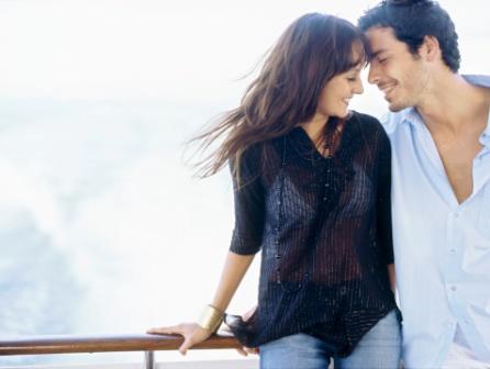 poza cuplu fericit se saruta