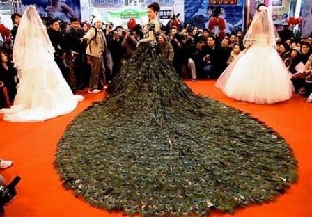 Cele mai scumpe rochii de mireasa din lume: rochia din pene de paun