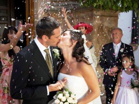 poza mire si mireasa se saruta la nunta