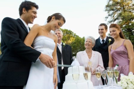 poza mirele si mireasa taie tortul de nunta