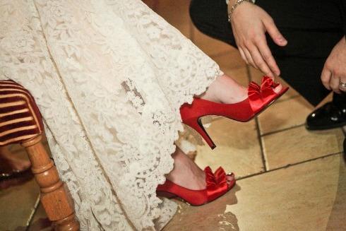 pantofi rosii de mireasa