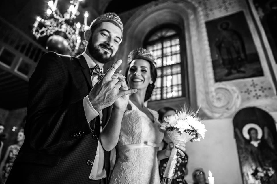 Mire si mireasa cu verighete pe deget in ziua nuntii, la biserica