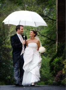 cuplu de miri plimbandu-se in ploaie