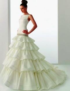 rochie de mireasa cu volane