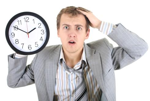 Barbat panicat de trecerea timpului