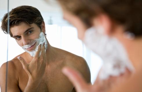 Barbat barbierindu-se in fata oglinzii