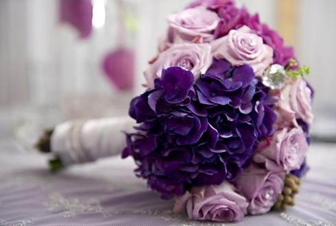 Buchet mireasa violete si trandafiri