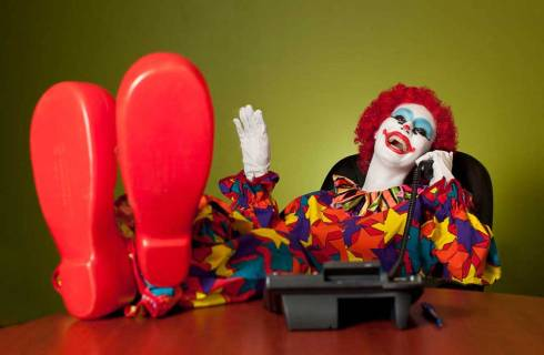 Clown vorbind la telefon