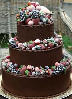 Tort de ciocolata ornat cu fructe glasate