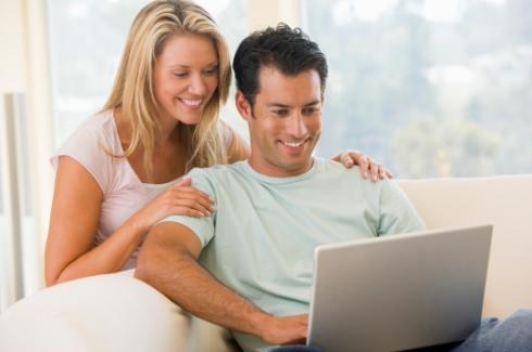 Tineri folosind laptopul