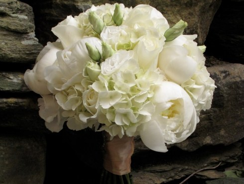 Buchet de mireasa din bujori albi