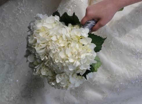 Buchet de mireasa din hortensii albe