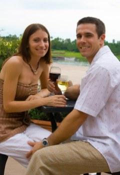 Cuplu degustand vin