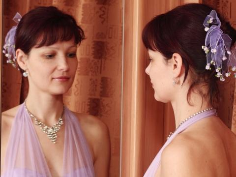 Domnisoara de onoare privindu-se in oglinda