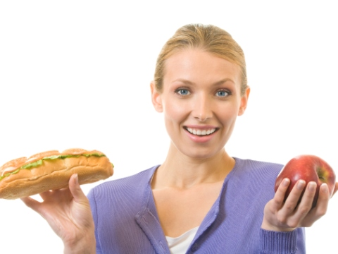 Tanara alegand intre mar si sandvis