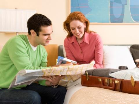 Tineri cu harta si ghid turistic