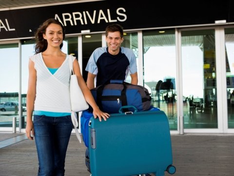 Tineri in fata aeroportului
