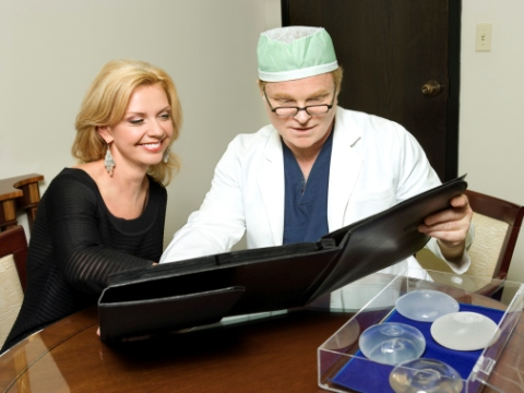 Femeie si chirurg estetician