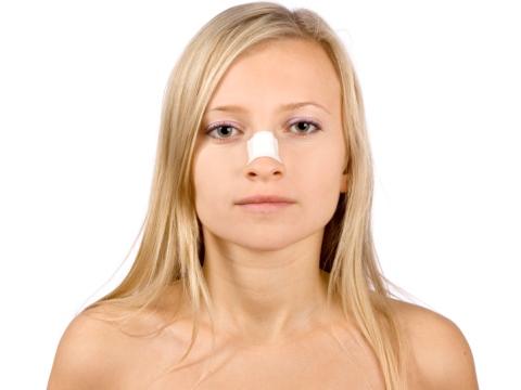 Tanara cu nasul bandajat