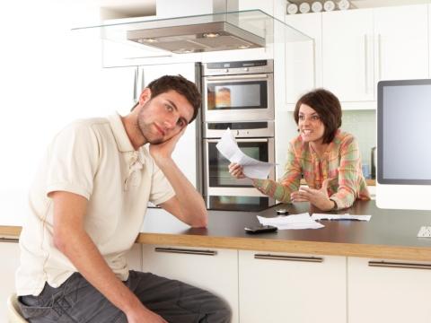 Cuplu discutand in bucatarie