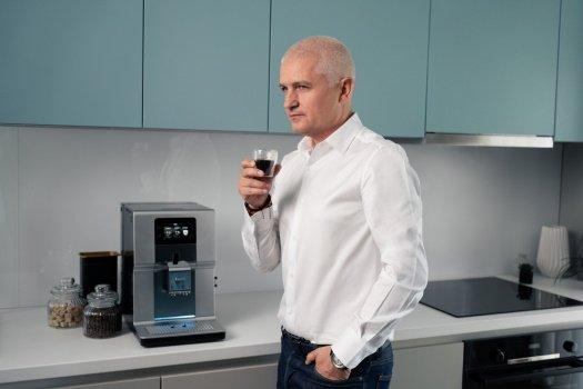 virgil iantu din profil, cu espresso in mana